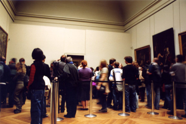 crowd in front of the Mona Lisa in the Louvre
